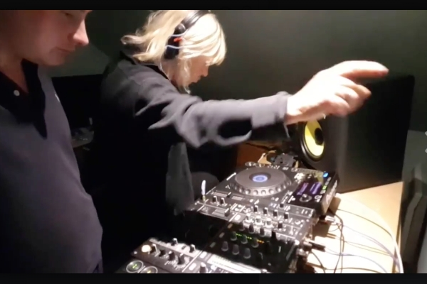 UK producer Deviation teaches his mum to DJ Drum 'n Bass and kills it!